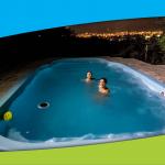 niños jugando en una piscina climatizada en villa carlos paz